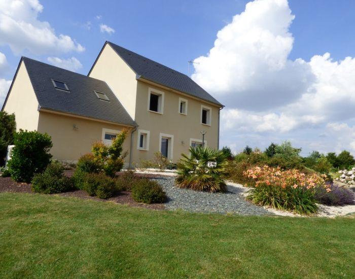 A 10 minutes de Sablé sur Sarthe Pavillon 4 chambres (1 chambre et salle d'eau en plain-pied), garage, grand jardin paysagé