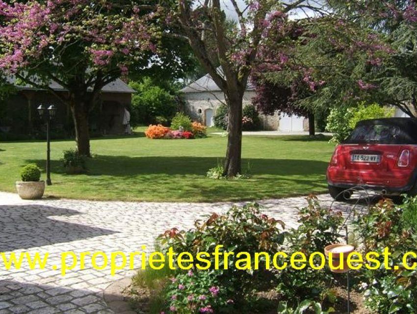 immobilier Sarthe (72):9. Cour et Jardin (vue partielle)