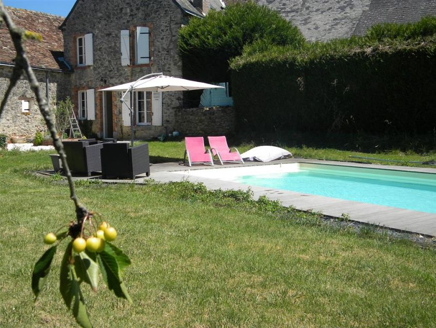 Enduits à pierres vues sur une maison de village en Sarthe
