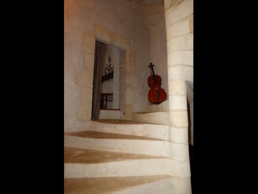 Tour abritant un escalier de pierre en vis
