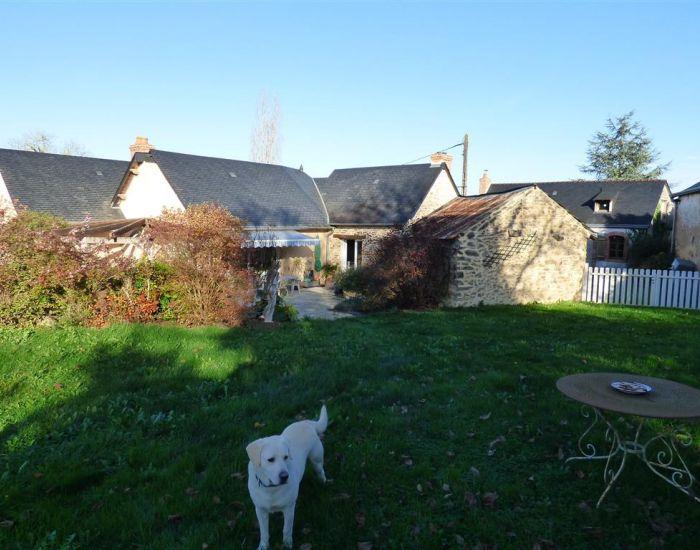 Fermette proche Sablé sur Sarthe avec grands bâtiments et grand terrain.
