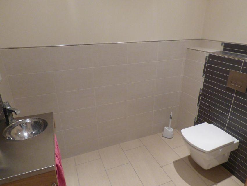 Coin toilettes faïencé  avec w.c. et lave-mains.