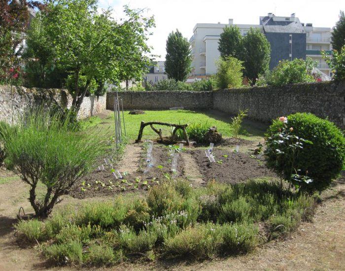 sablé sur sarthe maison ancienne a restaurer avec jardin clos