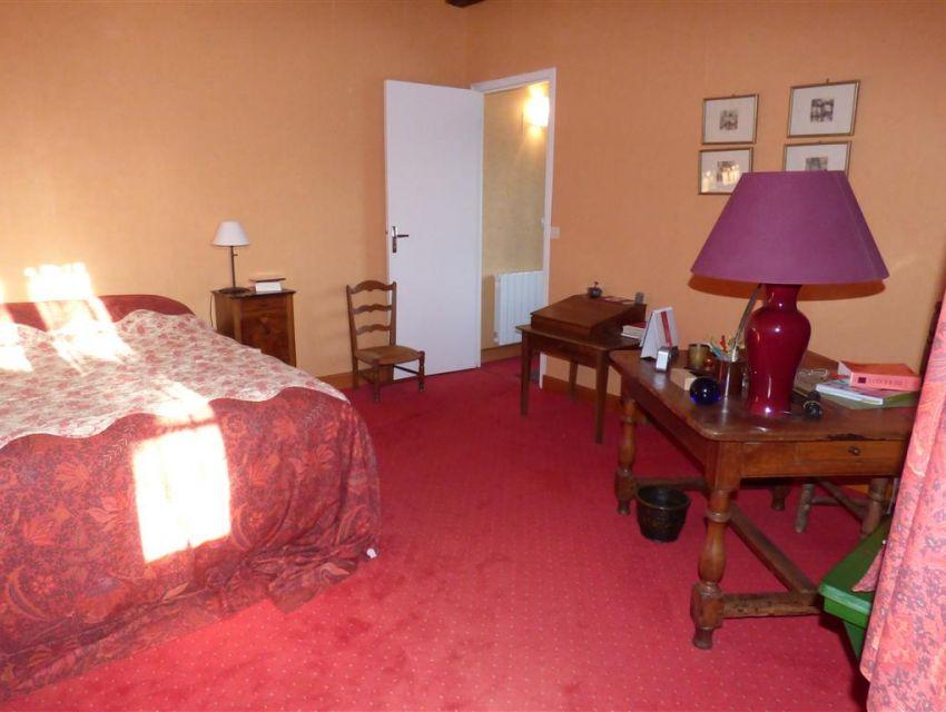 Maison de caractère - 72300 SOLESMES chambre