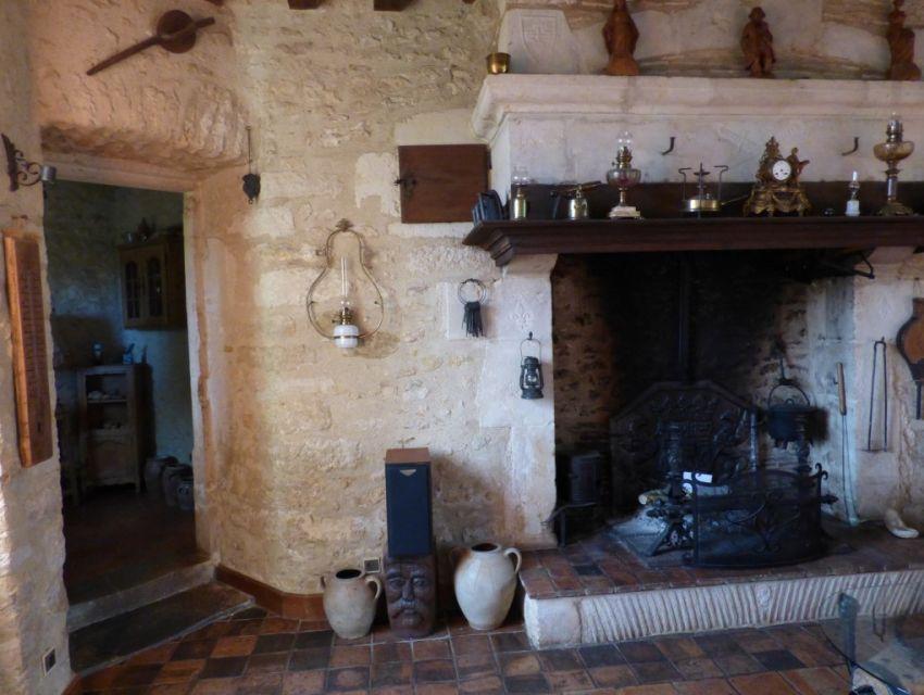 cheminee monumentale et carrelage de terres-cuites au sol - tomettes.