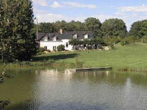 petit domaine de chasse et peche avec bois étangs et maison d'hôtes. à vendre