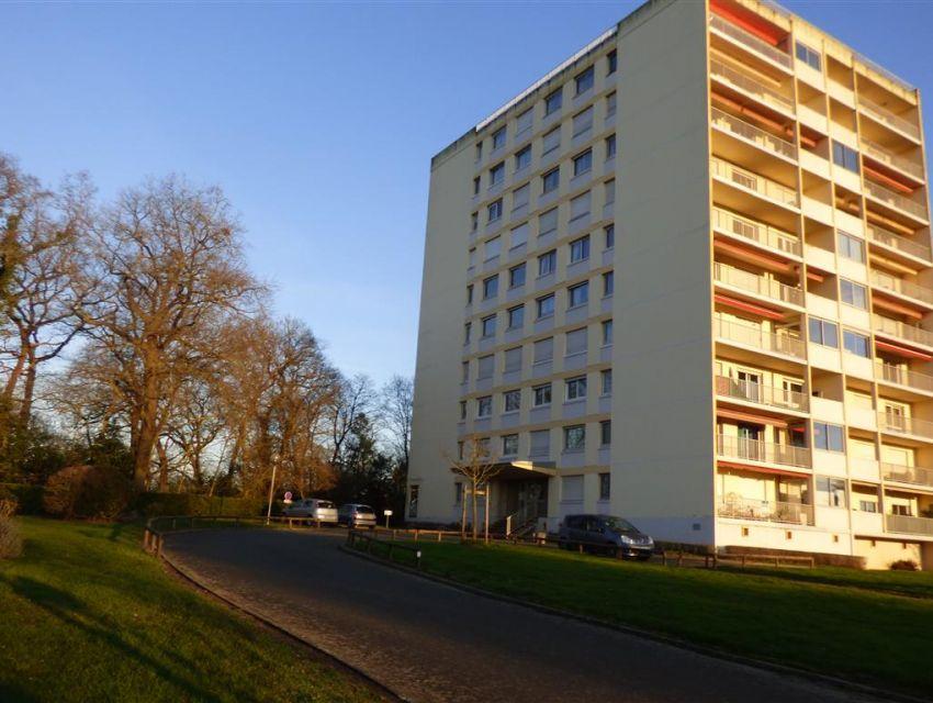 Appartement 4 pièces avec terrasse, garage, parking et cave, résidence avec parc et terrain tennis proximité gare TGV et commerces centre ville