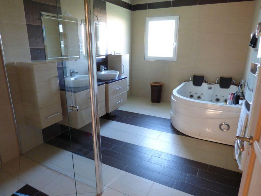 salle de bains avec douche Italienne, baignoire jacuzzi deux places, double vasques