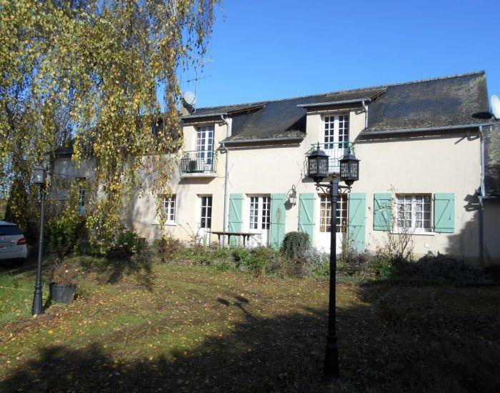 Propriété en campagne en bord de rivière proche de Sablé sur Sarthe Longère: 6 pièces principales, chambres en plain-pied, dépendances