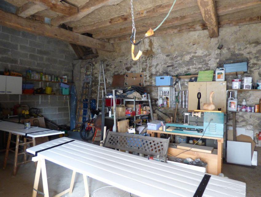 Propriété villageoise avec dépendances 10 minutes Sablé sur Sarthe:atelier, garage, bucher, cave...