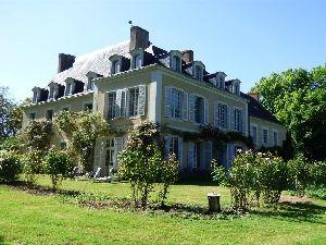 chateau avec chapelle en Haut-Anjou, aux confins de la sarthe, de la mayenne et du maine et Loire. à vendre