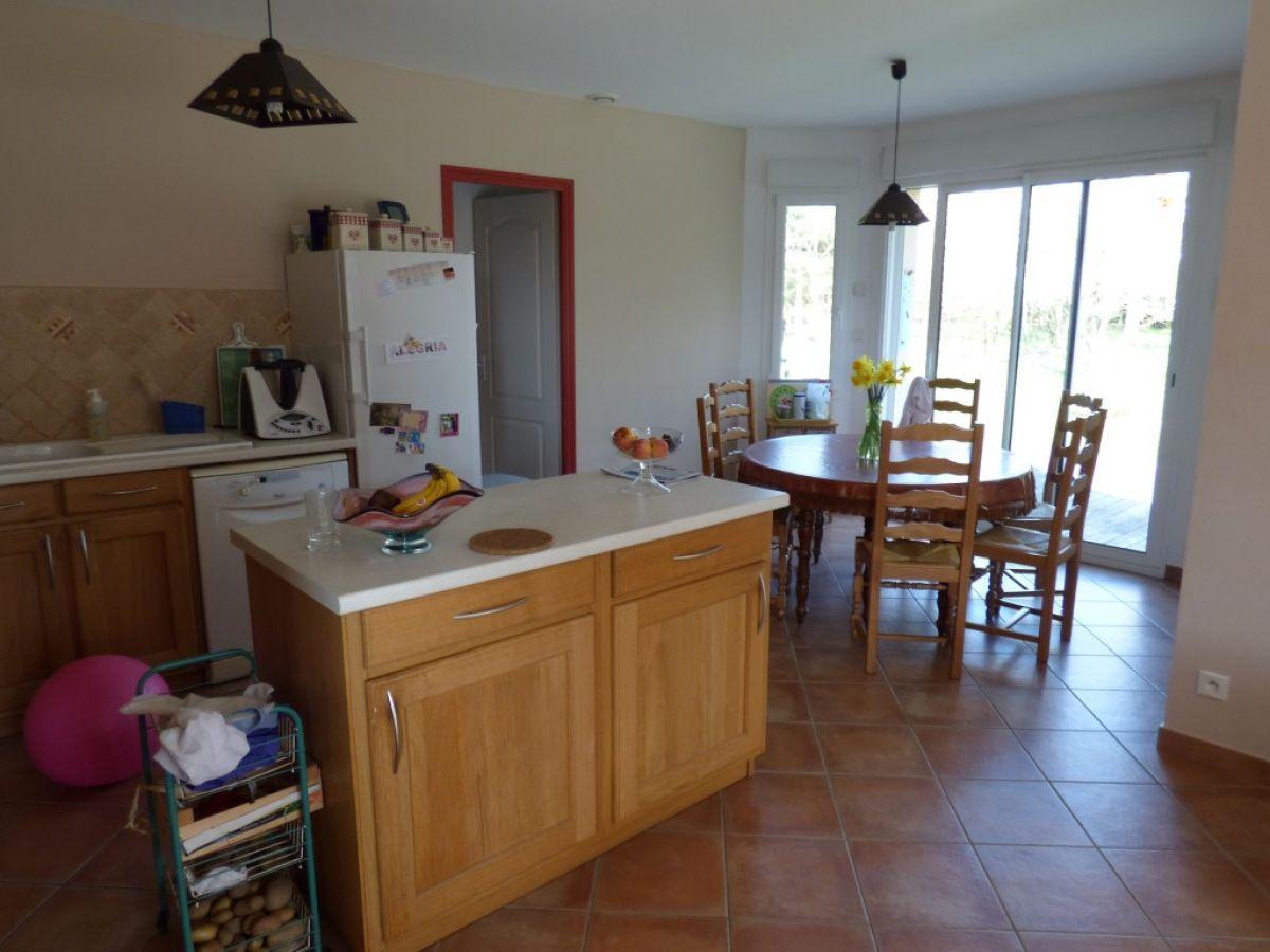Confortable maison familiale 8 pi ces pr cign 72300 for Achat cuisine amenagee