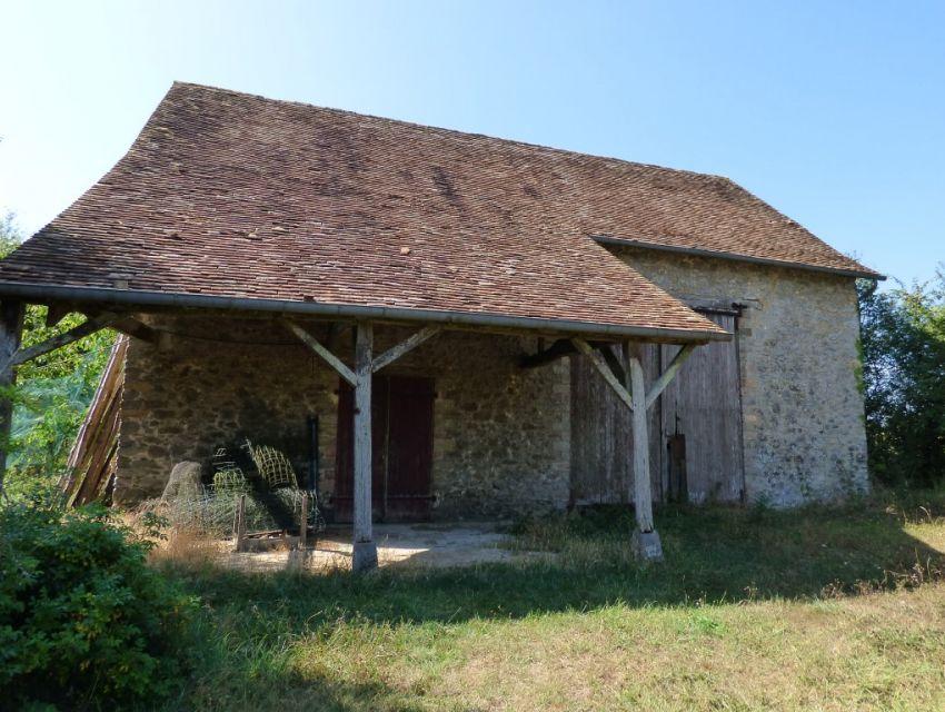 Proche de Sablé sur Sarthe, propriété avec terrain et dépendances en pierre