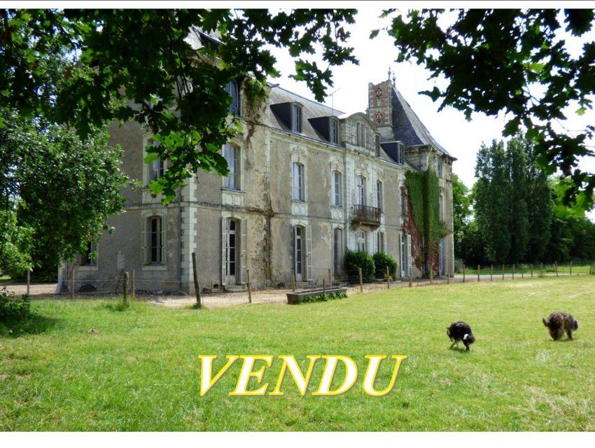 Château à restaurer, chapelle,  dépendances XVIIIème,  grande ferme attenante,  Mayenne Angevine