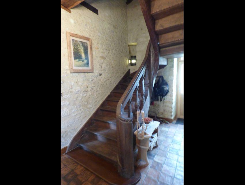 Volee d'escalier a balustres en bois.