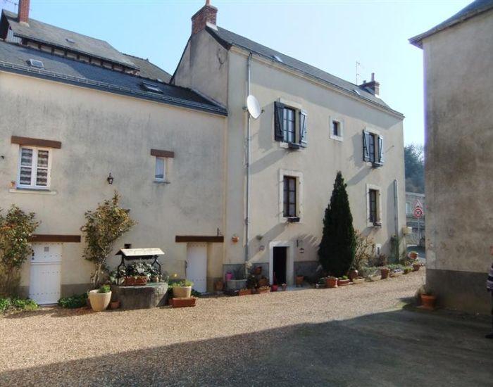 Maison de village restaurée 12 minutes Sablé sur Sarthe Façade sur cour Maison dans village en bord de rivière
