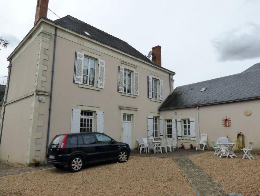 10 minutes Sablé sur Sarthe Maison bourgeoise avec dépendances proche commerces et écoles