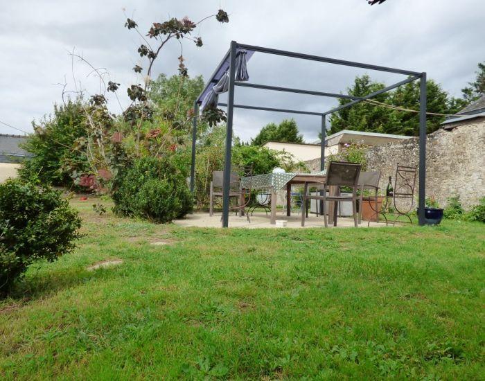 Proche de Sablé-sur-Sarthe Confortable maison de village avec chambre plzin-pied, séjour avec cheminée, garage et jardin