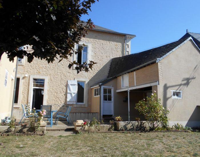 Axe Sablé-Le Mans  Maison de caractère avec jardin Façade arrière avec enduit à pierres vues et terrasse