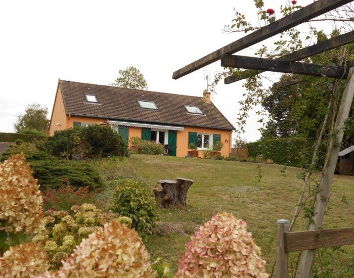 Axe Sablé-Le Mans Pavillon sur sous-sol séjour avec cheminée, cuisine aménagée, 4 chambres, terrain 3100 m² clos