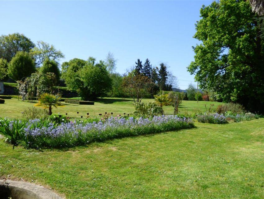 Jardin paysager - roseraie - carrés de buis - potager - verger - étang.
