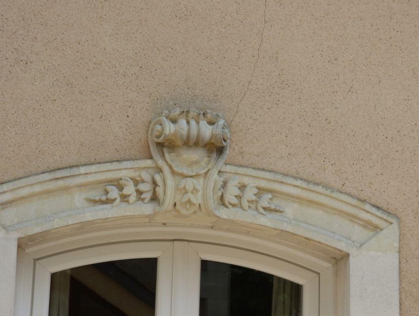 linteau sur fenêtre avec médaillon sculpté