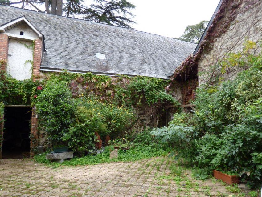 maison en mayenne avec cour fermée et dépendance en pierre. jardin clos bordé par la rivière