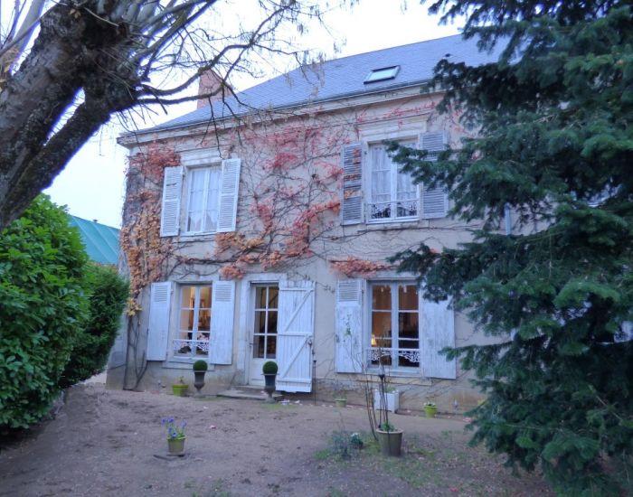 Propriété villageoise Axe Le Mans (30 mn)-La flèche (15 mn) Maison de caractère avec jardin clos et dépendances