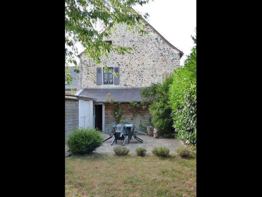 Maison de caractère à louer à  72300 SOLESMES jardin clos et garage