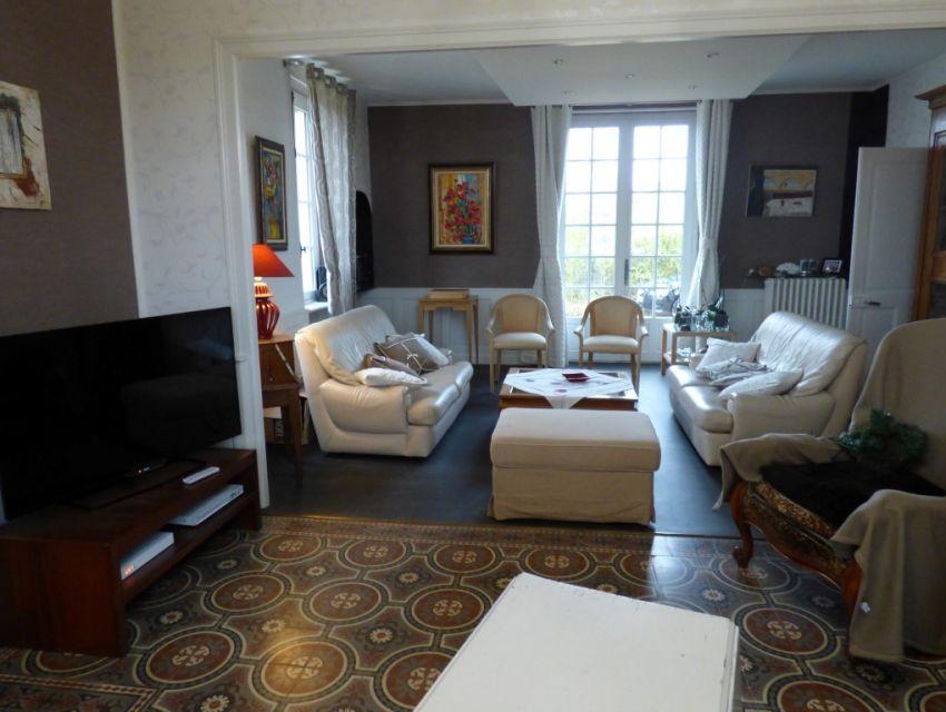Maison de caractère restaurée 9 pièces principales dont Séjour-salon très lumineux, avec cheminée en marbre et carrelage à l'Italienne. Région Sablé-sur-Sarthe