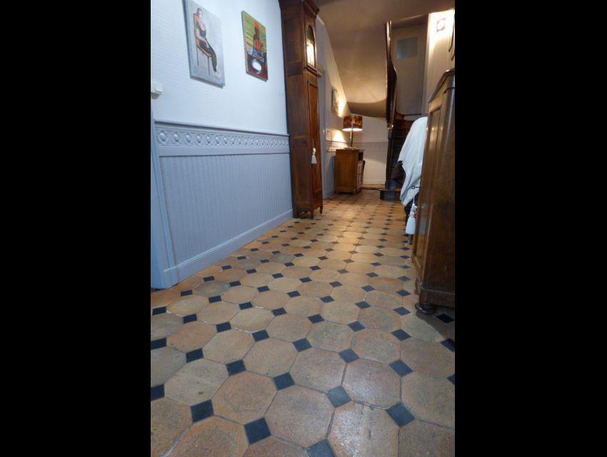 Maison de Maître Entrée carrelée de terre cuite à cabochons et cimaises Région Sablé-sur-Sarthe Village avec commerces et écoles