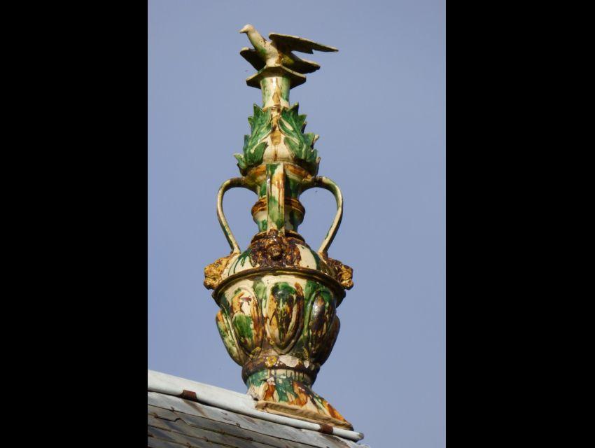 Toiture ornées de magnifiques épis de faîtage en faïence de Ligron.