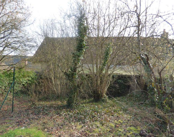 Maison de village à restaurer avec jardin et dépendance  10 minutes Sablé-sur-Sarthe