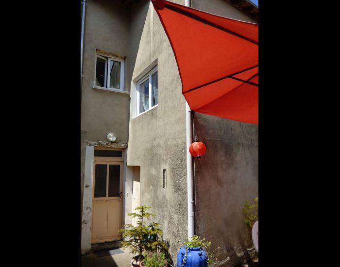 Maison de village proche de Sablé sur Sarthe séjour avec cheminée, 3 chambres, jardin et dépendances