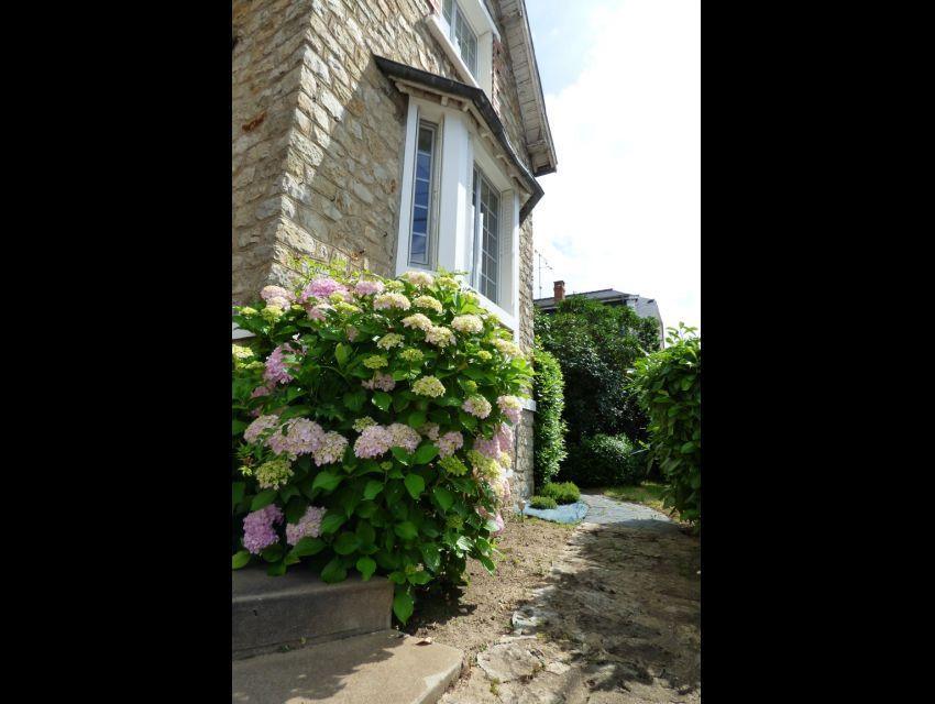 Maison de ville Sablé sur Sarthe proximité gare et écoles construite en pierre, très lumineuse avec jardin et dépendances