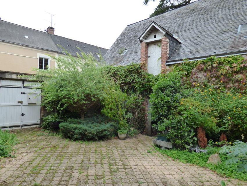 Cour avec puits, dépendance en pierre avec lucarne gerbière, jardin clos et accès rivière