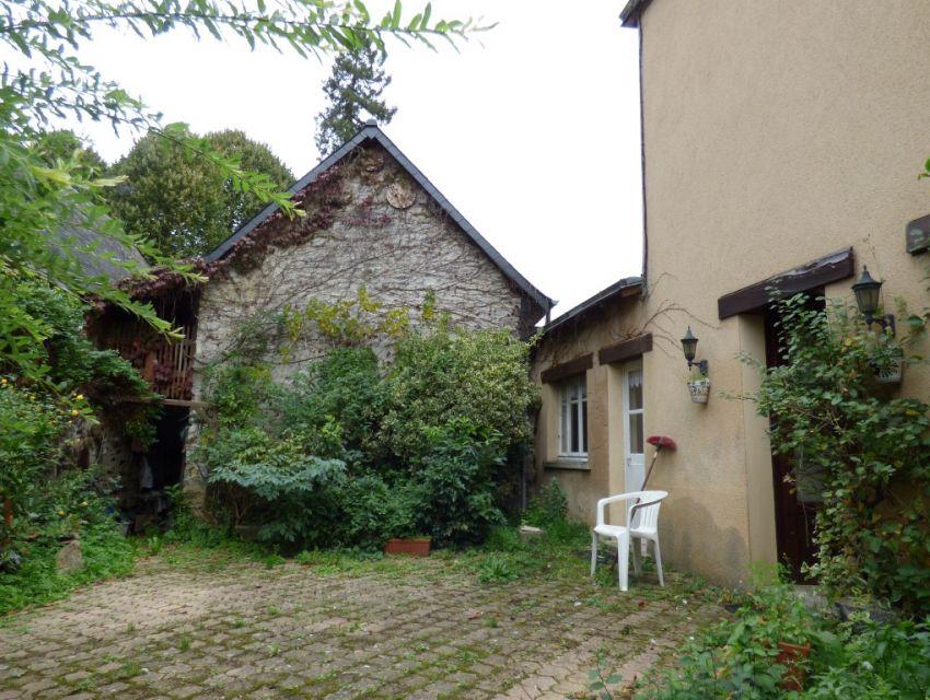 15 minutes Sablé-sur-Sarthe, maison ancienne avec cour fermée et dépendance en pierre