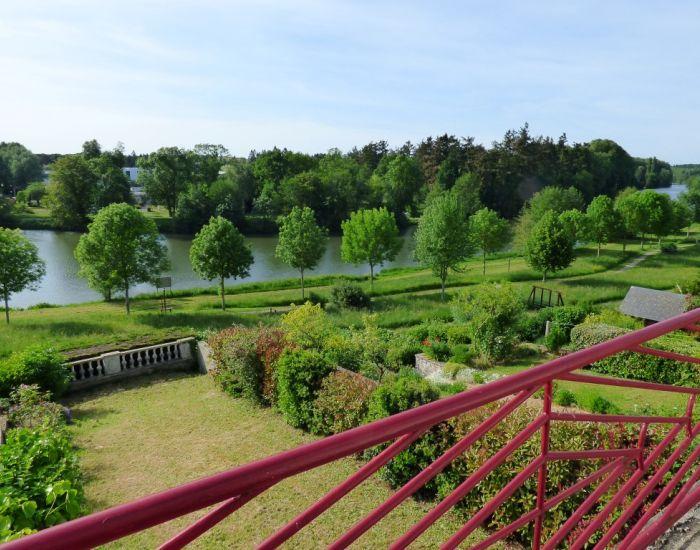 Axe Le Mans-Sablé Maison de village vue dominante sur la rivière avec jardin et garage