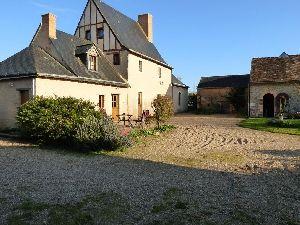manoir sarthois à proximité de Sablé sur Sarthe - piscine et dependances. à vendre