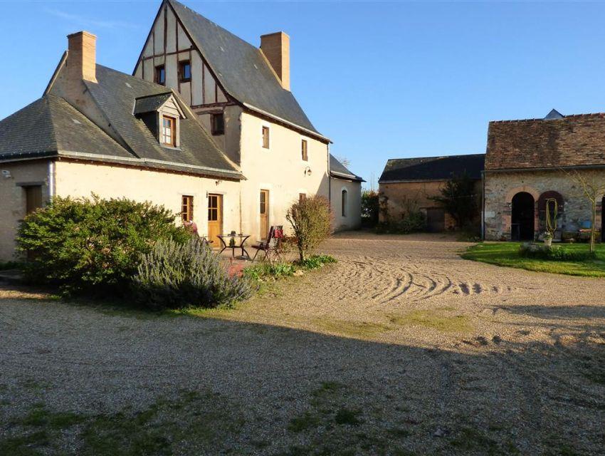 manoir sarthois à proximité de Sablé sur Sarthe - piscine et dependances.
