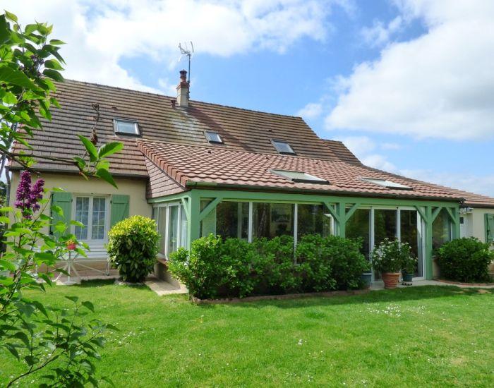 A 8 minutes Centre Ville Sablé-sur-Sarthe Pavillon 6 chambres, séjour avec cheminée, véranda, garage, jardin