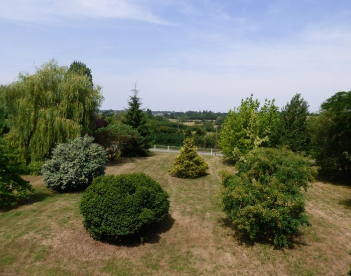 Propriété en campagne,pavillon sur sous-sol,terrain boisé, dépendances,proche Sablé-sur-Sarthe Mayenne