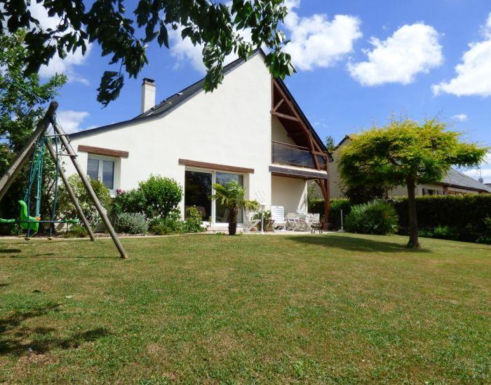 Sablé-sur-Sarthe Confortable pavillon 4 chambres dont 1 en plain-pied, séjour avec cheminée, quartier calme proche des écoles et commerce
