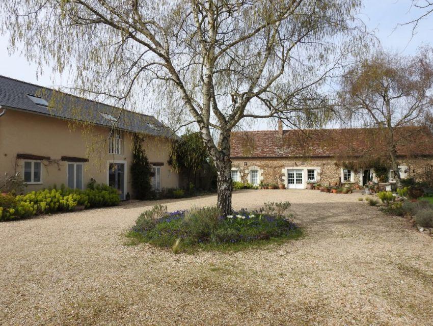 Proche de La Flèche, propriété composée de deux confortables habitations:Longère et dépendance restaurées