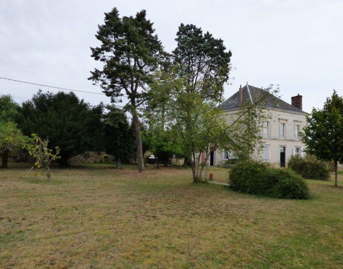 Propriété villageoise proche de Sablé sur Sarthe Façade et jardin clos de murs