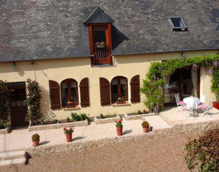 Propriété villageoise près de Loué Sarthe Longère restaurée 7 pièces principales, 2 chambres en plain-pied, jardin, dépendances
