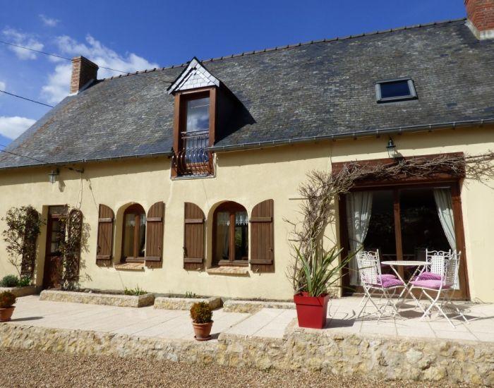 Propriété villageoise Longère restaurée, 4 chambres dont 2 en plain-pied près de Loué
