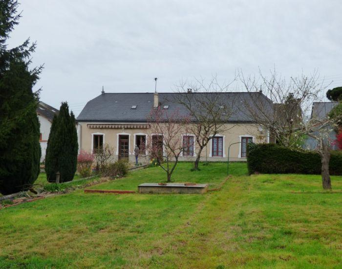 Région Sablé-sur-Sarthe, maison de village avec jardin et garage, proximité écoles et commerces