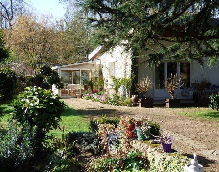 maison de plain-pied dans le centre ville de Sablé sur Sarthe avec jardin en bord de rivière