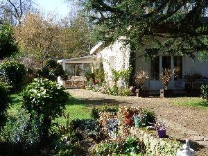 maison de plain-pied dans le centre ville de Sablé sur Sarthe avec jardin en bord de rivière à vendre